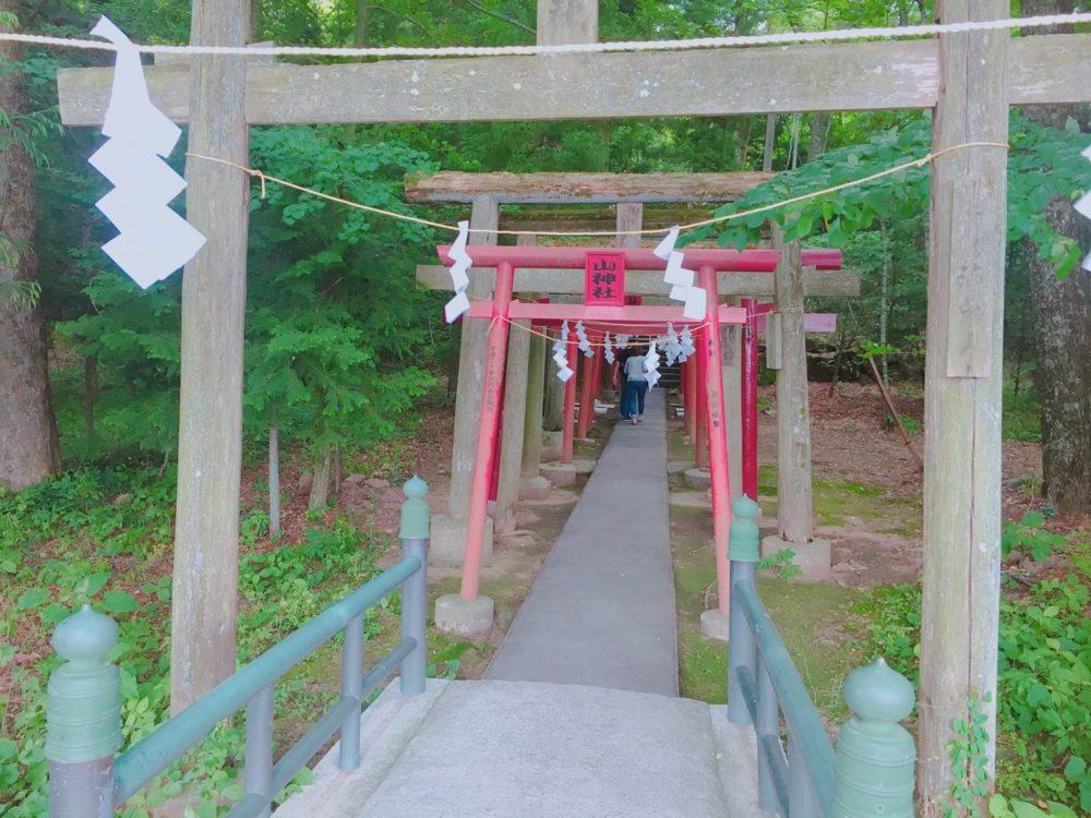 新屋山神社本宮の鳥居の写真