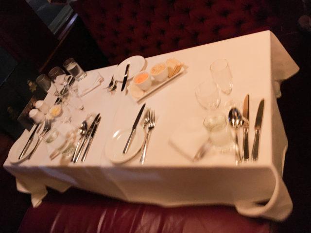 トラムカーレストランのテーブル