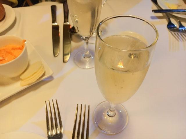トラムカーレストランのウェルカムシャンパン