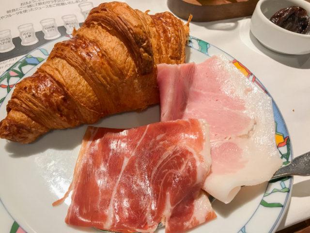 北野ホテルの朝食クロワッサンと生ハム